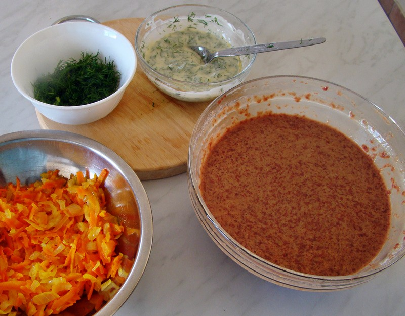 Овощи, фарш и соус