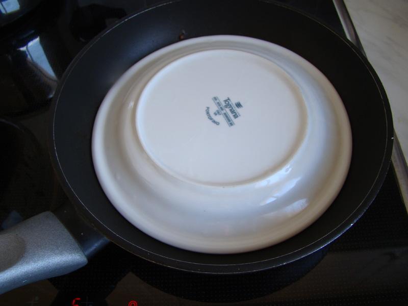 Прижимаем печеночный блинчик тарелкой