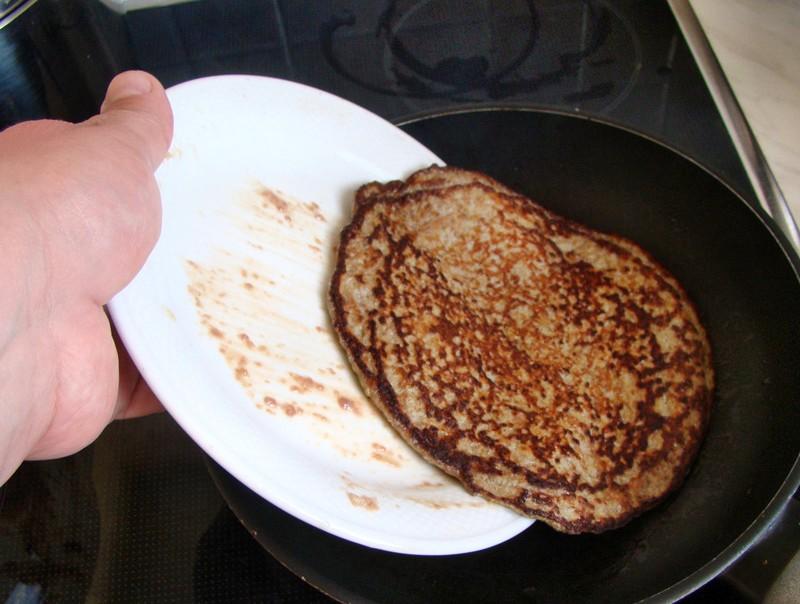Перемещаем печеночный блинчик с тарелки на сковороду