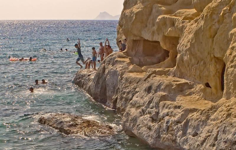 Крит. Каменистый пляж Матала