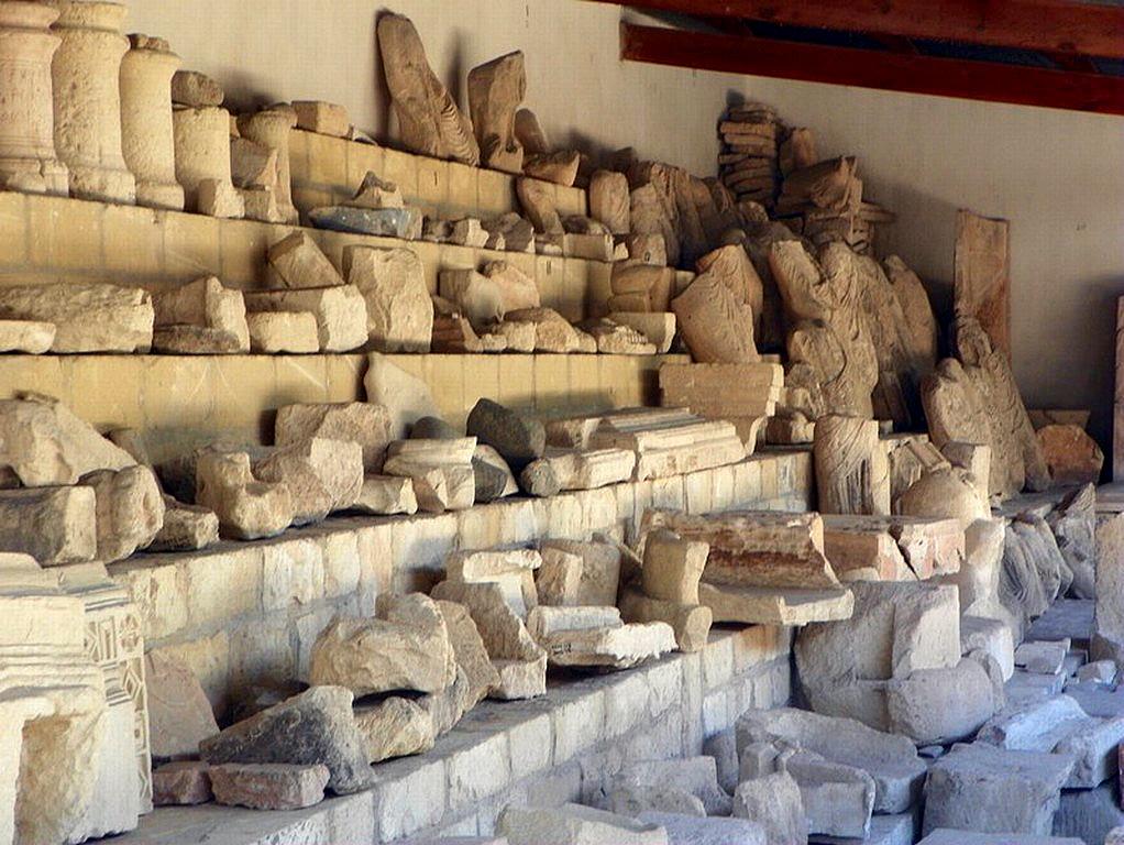 Во дворе археологического музея