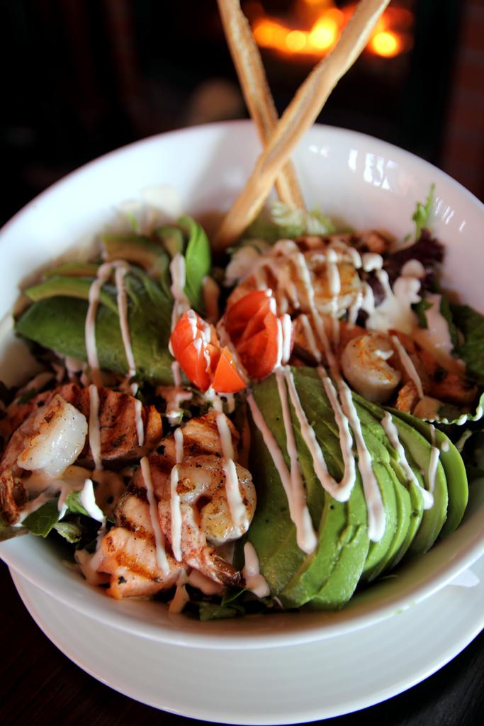 Molly Malone's салат с лососем и креветками