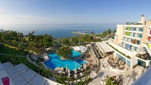 Вид на бассейн в отеле Mediterranean
