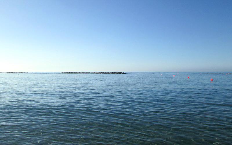Пляж недалеко от отеля Navarria