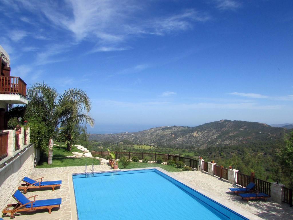 Бассейн с видом на море в отеле Paradisos Hills