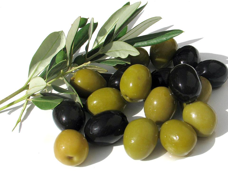 Черные и зеленые оливки