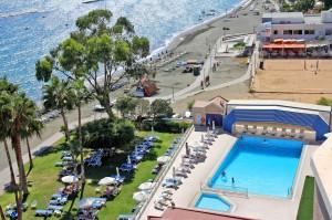 Пляж и бассейн отеля Poseidonia