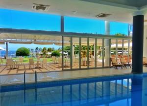Закрытый бассейн отеля Grecian Park