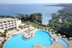 Вид на море и бассейн из отеля Grecian Park