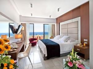 Спальня в номере Amathunta Suite отеля Amathus