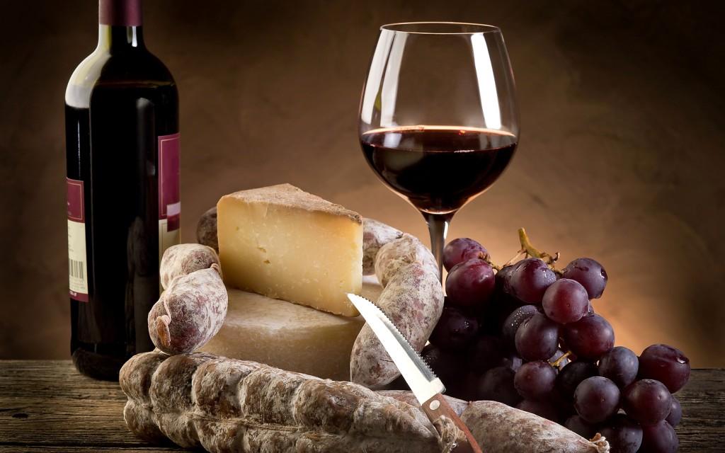 Красное вино и колбасы