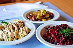 Закуска из цветной капусты и салат из свёклы в ресторане To Katoi
