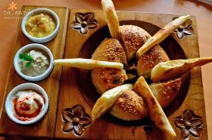 Хлеб и дипы в ресторане To Katoi