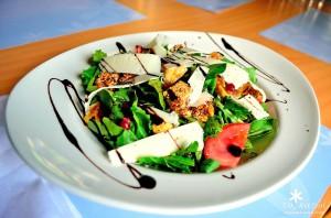 Салат в ресторане To Katoi