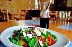 Греческий салат в ресторане To Katoi