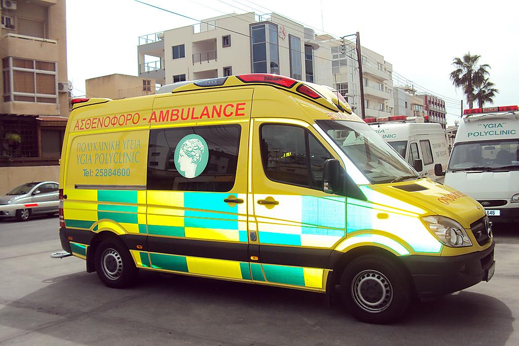 Машина скорой помощи частного госпиталя Ygia Polyclinic