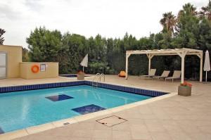Апартаменты с собственным садом и джакузи в центре туристической зоны Лимассола