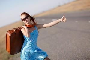 Девушка голосует на дороге