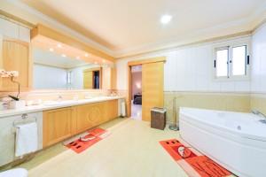 Вилла класса люкс с 6 спальнями на первой линии в Лимассоле
