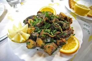 Осьминог во фритюре в рыбной таверне Gold Lemon