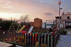 Детская площадка у рыбной таверны Gold Lemon
