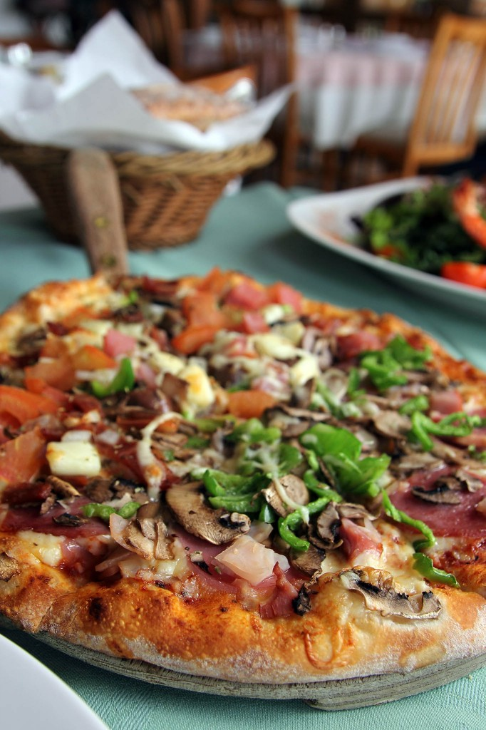 Пицца в пиццерии Pepperoni Pizza